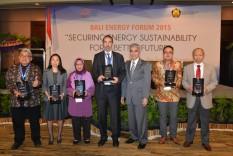 Penyerahan cindera mata dari Sekjen DEN kepada para Pembicara Bali Energy Forum 2015
